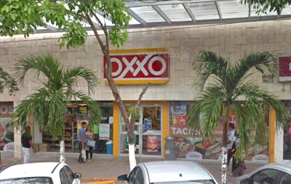 カンクンADOバスターミナル前のOXXO (1)