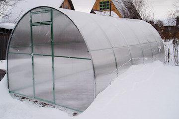 Закрывать ли на зиму дверь в теплице из поликарбоната: за и против