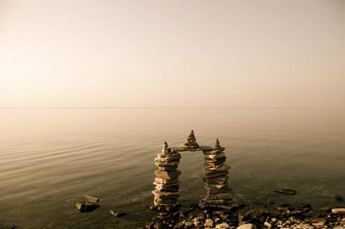 Балансирующие скульптуры Питера Риделя. Огонь, вода и камни