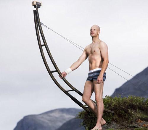Балансирующий на  грани эквилибристист Eskil Ronningsbakken. Сила тела и духа!