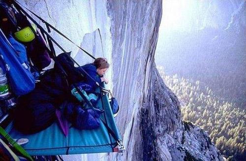 Сон над пропастью. Ночлег альпинистов