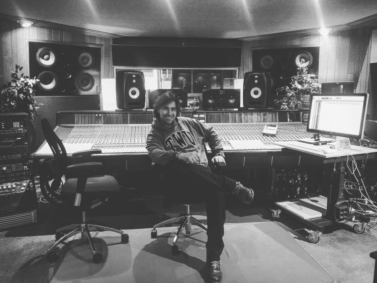 Der hamburger Bassist David Alleckna im Regieraum des legendären Hansa-Studios in Berlin während einer Albumproduktion.