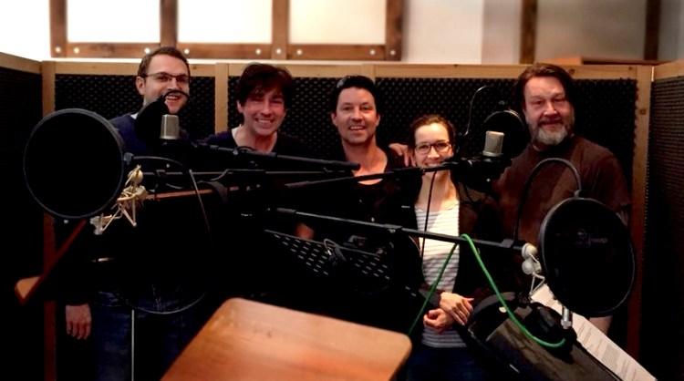 Der hamburger Synchronsprecher David Alleckna und vier weitere Sprecher im Soundbase Studio Hamburg.
