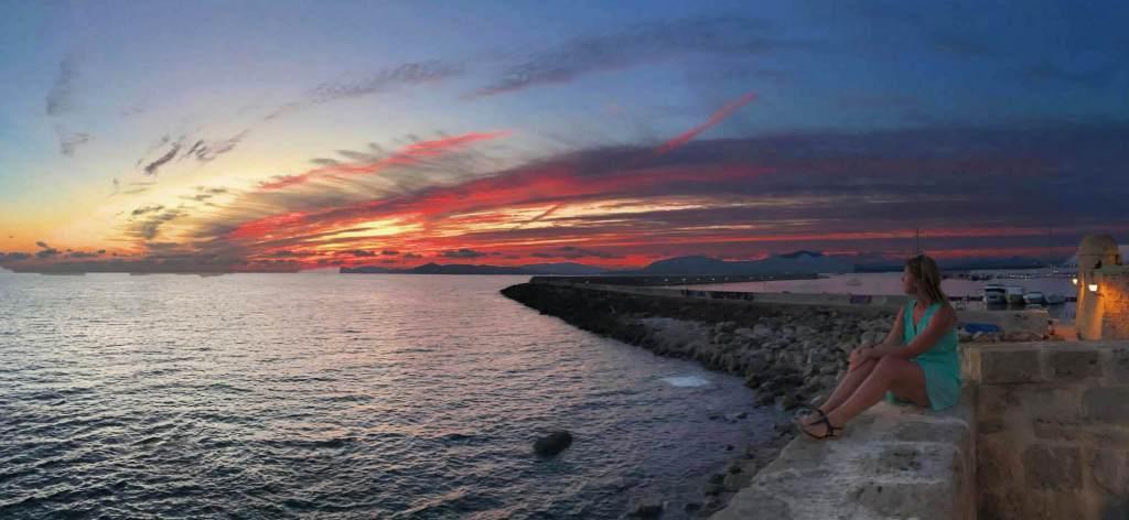Vanaf de oude stadsmuur van Alghero is de zonsondergang het mooist.