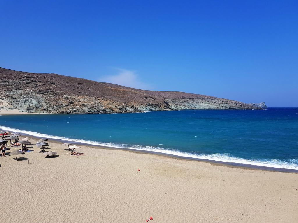 Het strand van Kolimbithra op Tinos