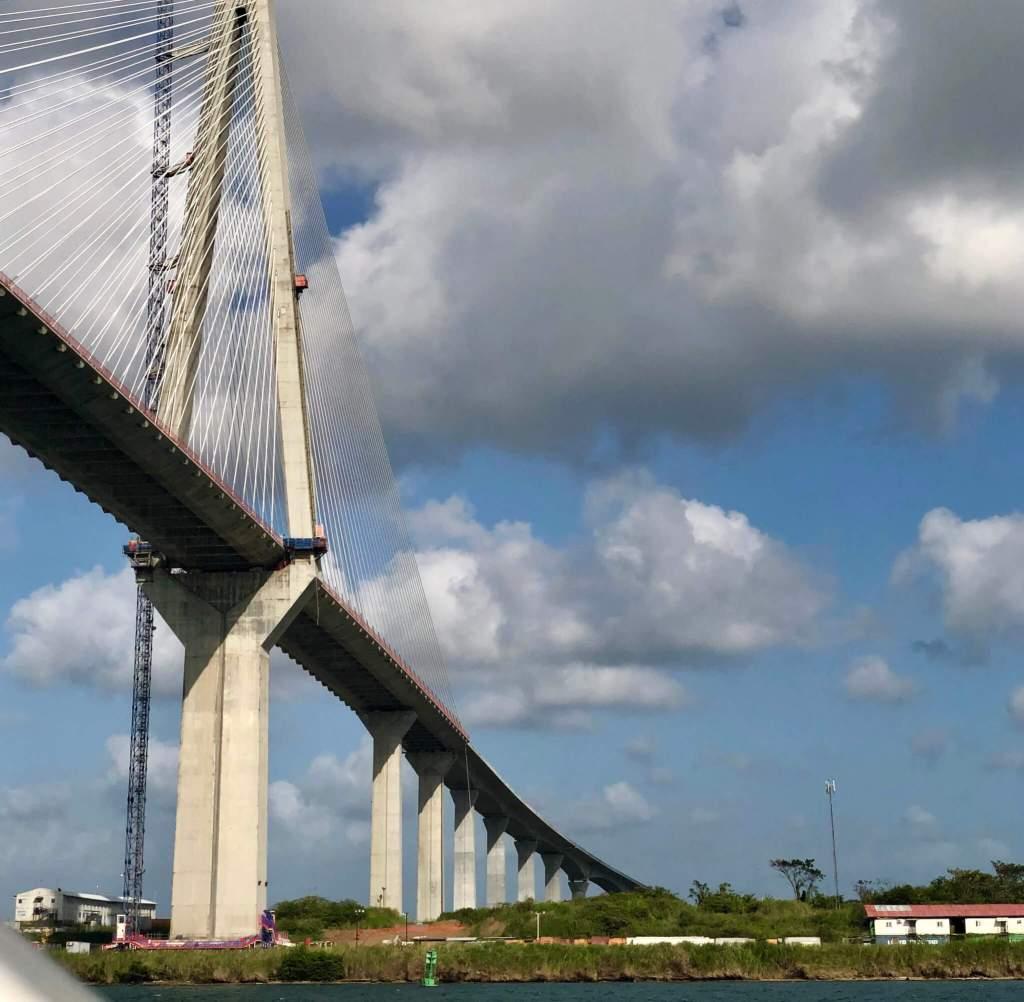 Zeilen onder de bruggen door