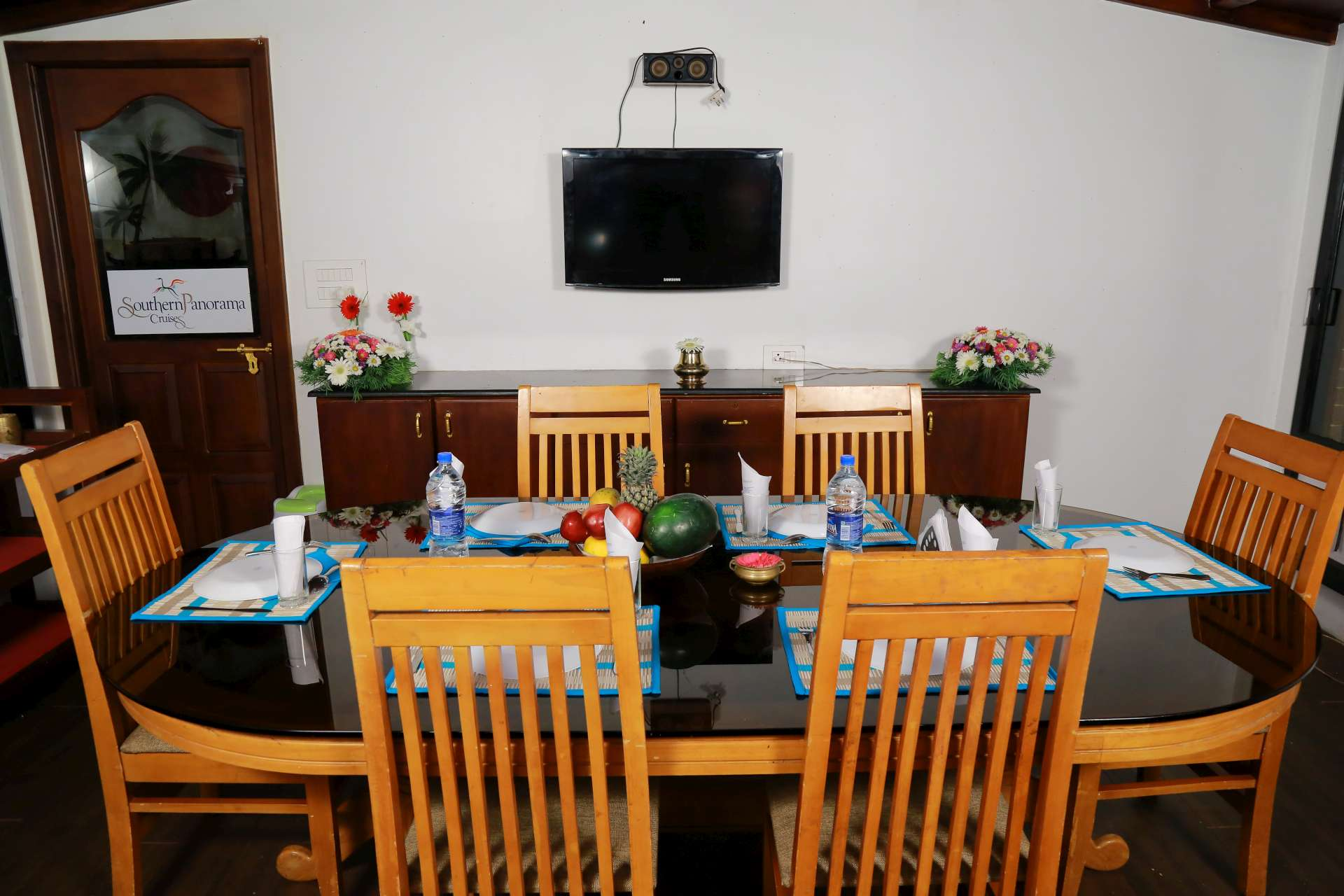 DINING AREA houseboat