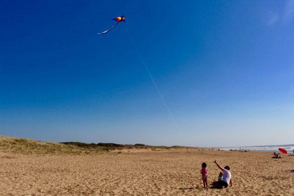 Elternzeit: Vater und Kinder am Strand von Is Arenas