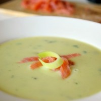 Kartoffelsuppe mit Räucherlachs .......... {potato soup with smoked salmon}