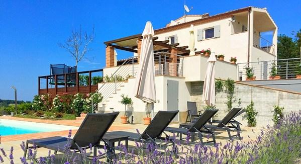 Vakantiehuis in Monte Rinaldo met zwembad, in Marche.
