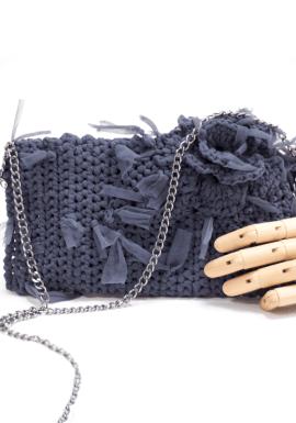 Bolso bandolera de crochet tejido con hilo de tul.