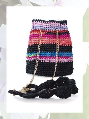 Bolso bombonera tejido a mano en crochet con de aspecto sedoso.