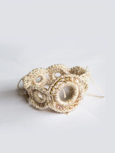 Brazalete joya tejido a mano en crochet con cristal y piedras semipreciosas.