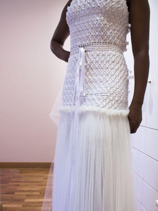Vestido de novia de lino y tul con trama de cinta de raso