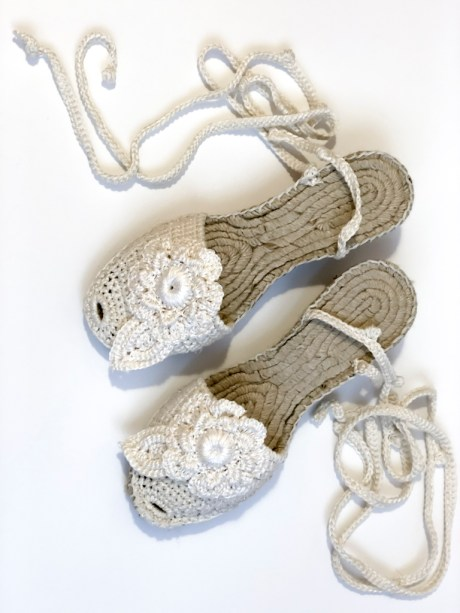 Alpargatas crochet Flower es una preciosa y cómoda alpargata tejida a mano a ganchillo de lineas muy contemporáneas. Esta alpargata esta tejido con hilo de algodón, con una textura muy suave.