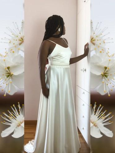 El vestido Aurora es un verdadero sueño hecho en seda color vainilla. Es un vestido de seda para servir de base para sublimes vestidos de ganchillo.