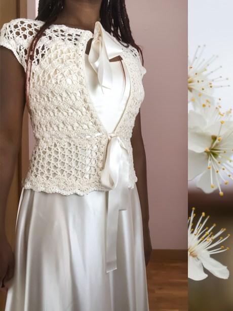 Esta chaqueta tejida en un híbrido de puntos abiertos y cerrados, crea pequeñas olas geométricas en el para el cuerpo, pudiendo ser vestida con con la apertura en la espalda o en el delantero.