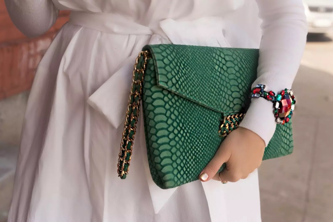 oversized-shirt-dress-green-clutch-alley-girl-new-york-blogger