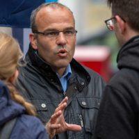 Rainer Rothfuß mit leeren AfD-Listen auf dem Weg ins Licht
