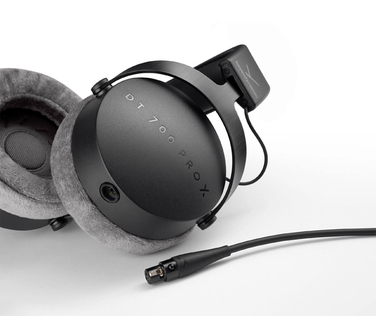 Beyerdynamic DT 700 Pro X: Here you can see the closed ear cups