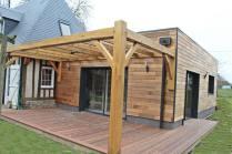 terrasse en bois exotique sous pergolas