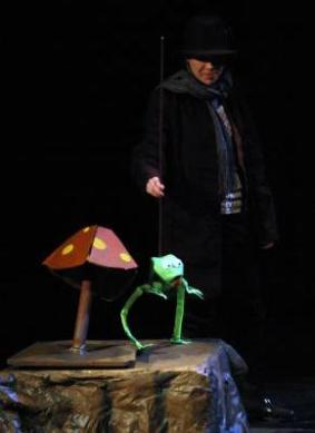 The little frog sings - we needed a simple construction for an opera singer who had never worked with puppets.