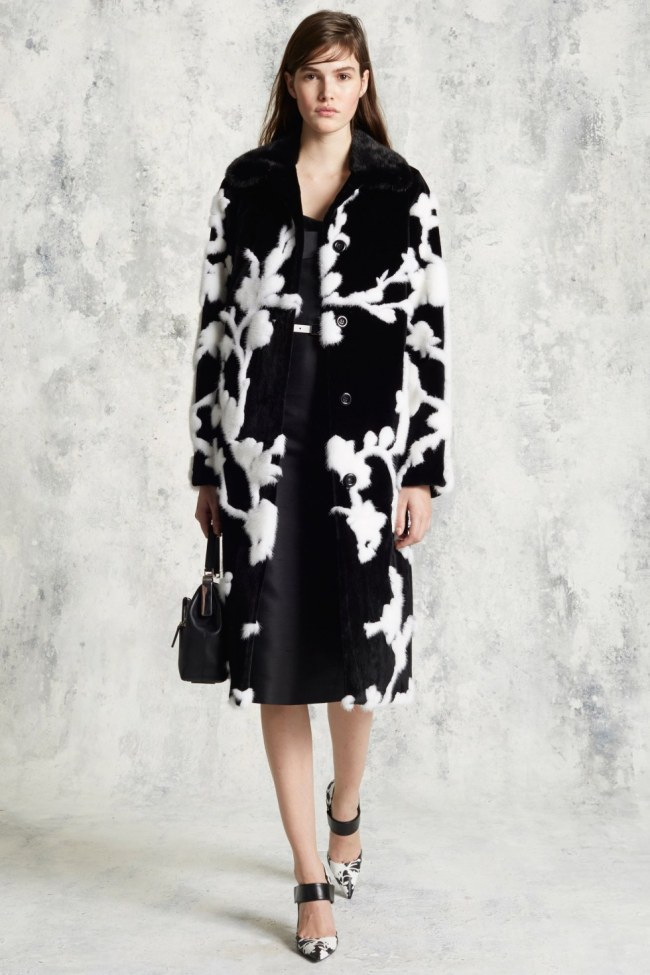 Michael Kors may not be able to carry a tune, but he has definitely brought sexy back with his Pre Fall collection for 2016. Minimalism, relax fit silhouettes and the sporty chic aesthetic still region the runways but that does't mean that we have to forgo our sexy side.