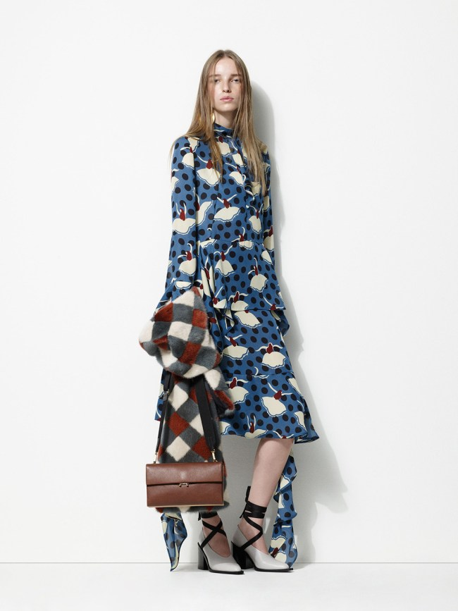 With an androgynous deconstructed edge Marni's collectin for pre-fall 2017 is an understated take on the female form