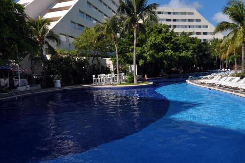 Oasis Palm pool