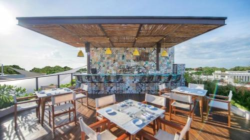 Lat 20 by Live Aqua rooftop bar