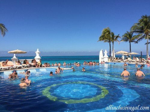 Riu Palace Las Americas swim-up bar pool