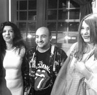 """Από αριστερά: η Κατερίνα Γκατζόγια αγκαλιά με το δημοσιογράφο/εκδότη """"Αλλιώς"""" και κριτικό λογοτεχνίας Κωνσταντίνο Καραγιαννόπουλο και την υπογράφουσα την στήλη Λίλα Παπαπάσχου"""