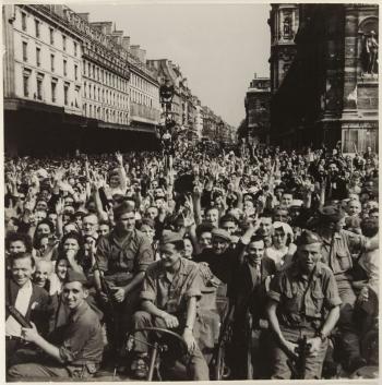 """© Zuber René, la Libération de Paris- 26 août 1944- La foule attend l'arrivée du Général De Gaulle"""""""