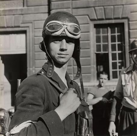 Un Jeune F.F.I. conducteur de chenillette, le 24 août 1944. - © Jean Seeberger - Reproduction : Musée Carnavalet / Parisienne de photographie