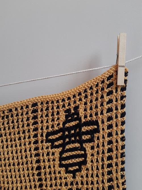 2. serviette motifs abeilles tricot mosaique