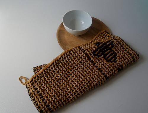 4. serviette motifs abeilles tricot mosaique