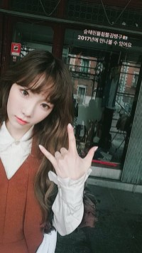 Taeyeon doing love hand sign