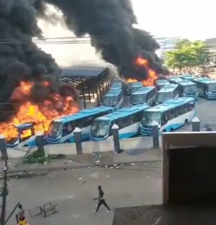 Angry mob sets BRT buses on fire in Lagos