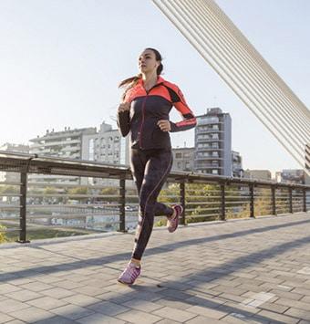 فتاة شابة تجري-رياضة الركض على الأقدام