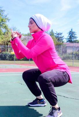 فتاة محجبة تمارس التمارين الرياضية