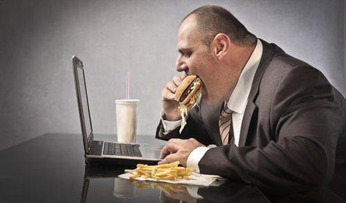 رجل يأكل بشراهة زائدة