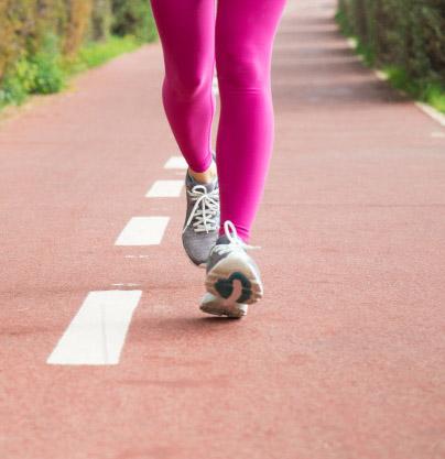 امرأة تركض كجزء من التمرين اليومي