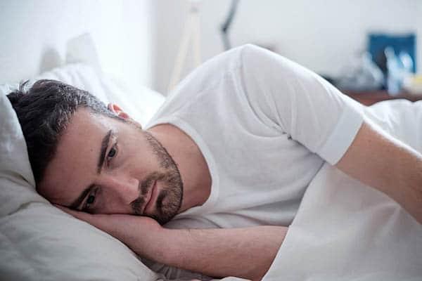 شاب يشكو من الأرق وصعوبة النوم