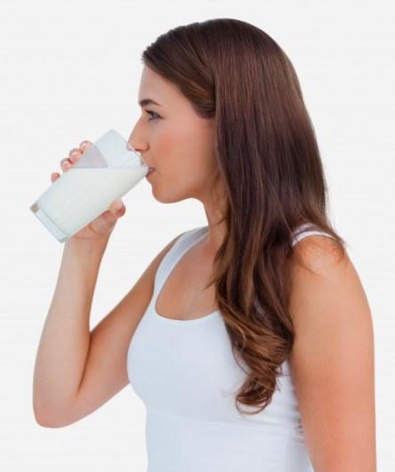 تناول كوب من الحليب، الخالي من الدهون يومياً سيمنحك ما تحتاجيه من الكالسيوم والمواد المغذية بسعرات حرارية أقل.