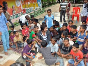 295635-shahid-kapoor-with-the-ngo-kids.jpg