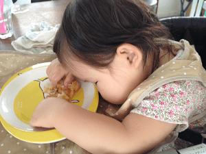 食事の最中で寝る子