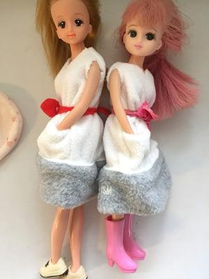ベビーミトンをリメイクしたワンピースを着たリカちゃん人形