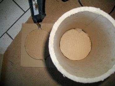 Coller les rouleaux de moquette pour assembler le range-bouteille