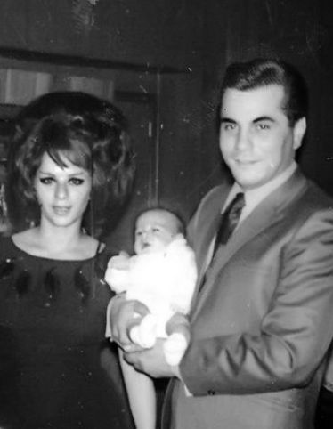John Gotti with huis wife and their baby