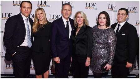 Photo of Howard Schultz with his wife and their children.
